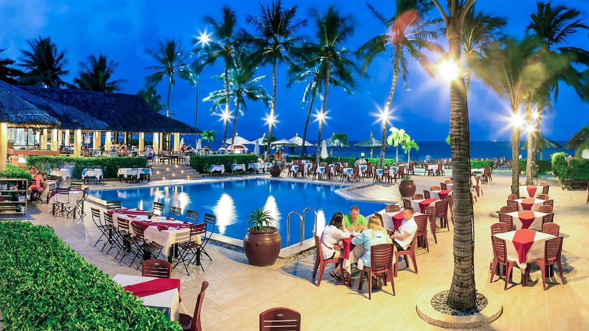 Nhà hàng xung quanh hồ nước trong xanh