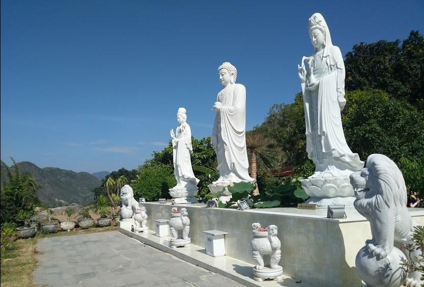 Ba bức tượng phật trắng