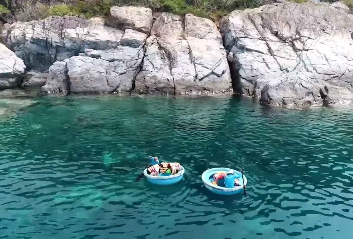 Chèo thuyền thúng ngắm san hô ở đảo Hòn Mun