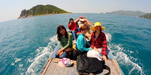 Thuê tàu tham quan các đảo ở Đầm Môn