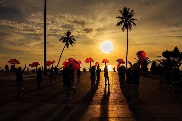 Bình minh trên bãi biển Nha Trang rất đông người đang tập thể dục, dưỡng sinh