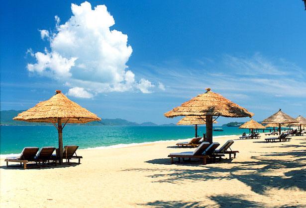 Bầu trời cùng mặt biển trong xanh vào giữa trưa, xa xa là những hòn đảo nhấp nhô