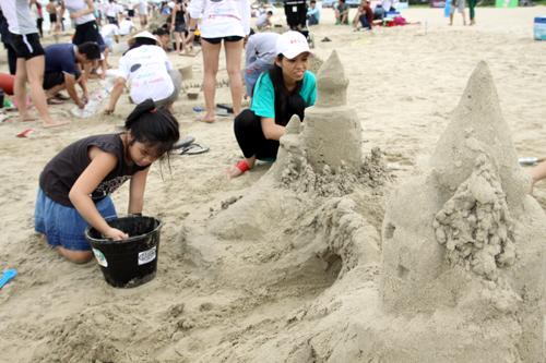 Bãi biển đầy ấp những người dân tắm biển và những em nhỏ thỏa sức sáng tạo trên bãi cát