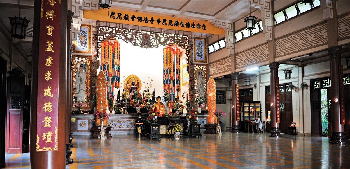 Phía Trong Chùa Long Sơn