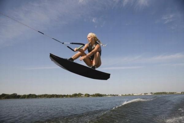 Lướt trên những con sóng như vận động viên chuyên nghiệp.