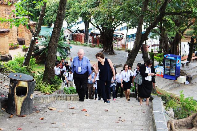 Các đại biểu, quan chức dự APEC tiến lên thăm tháp Bà Ponagar Nha Trang