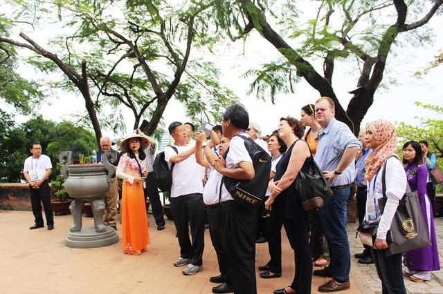 Các đại biểu, được hướng dẫn viên chia sẻ và giới thiệu về Tháp Bà Ponagar