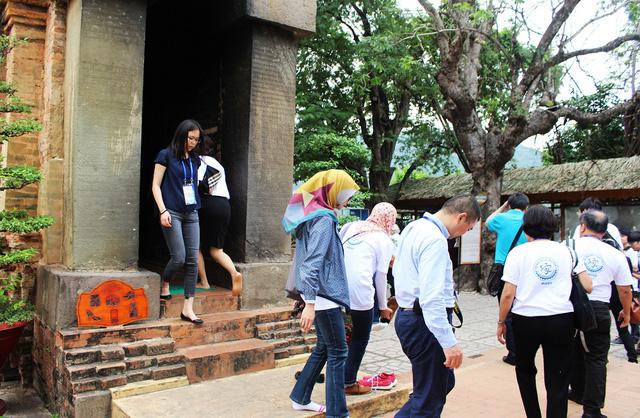 Đây là lần đầu tiên các quan chức, đại biểu dự APEC 2017 tại Nha Trang tới thăm tháp bà Ponagar