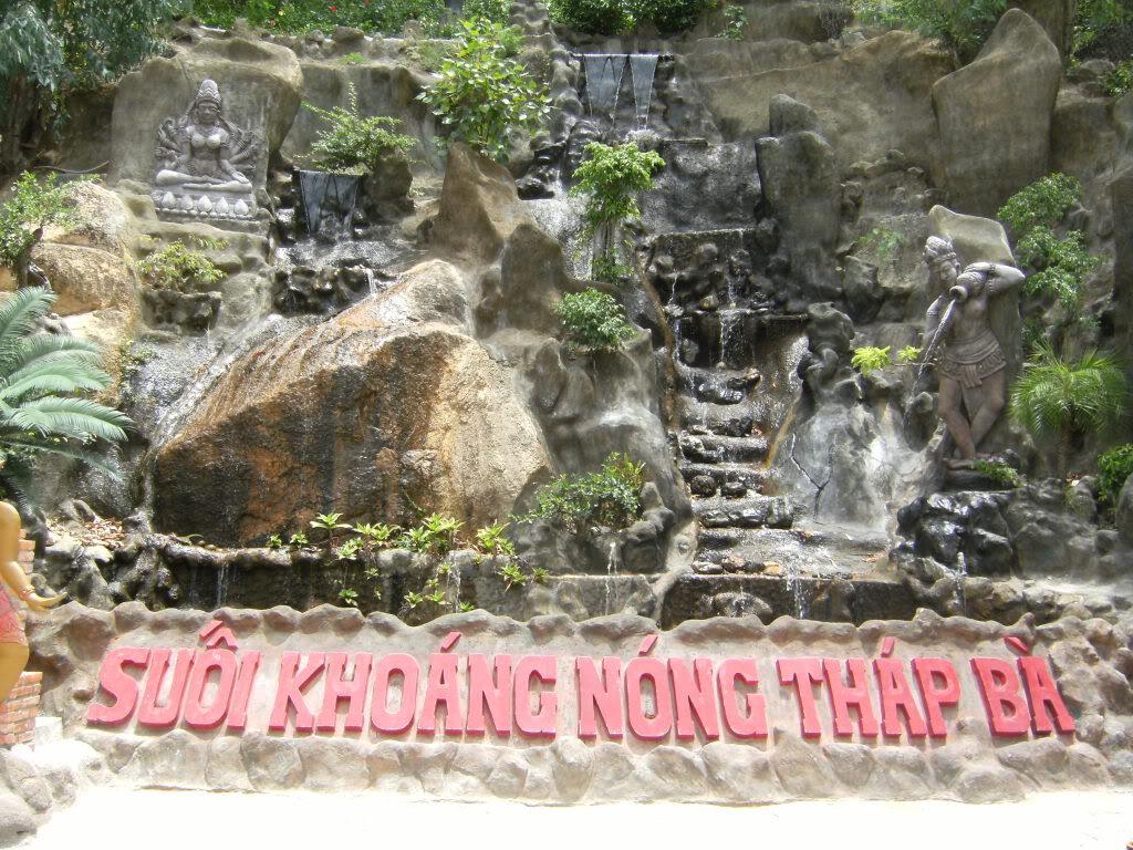 Cổng vào suối khoáng nóng Tháp Bà nổi tiếng ở Nha Trang