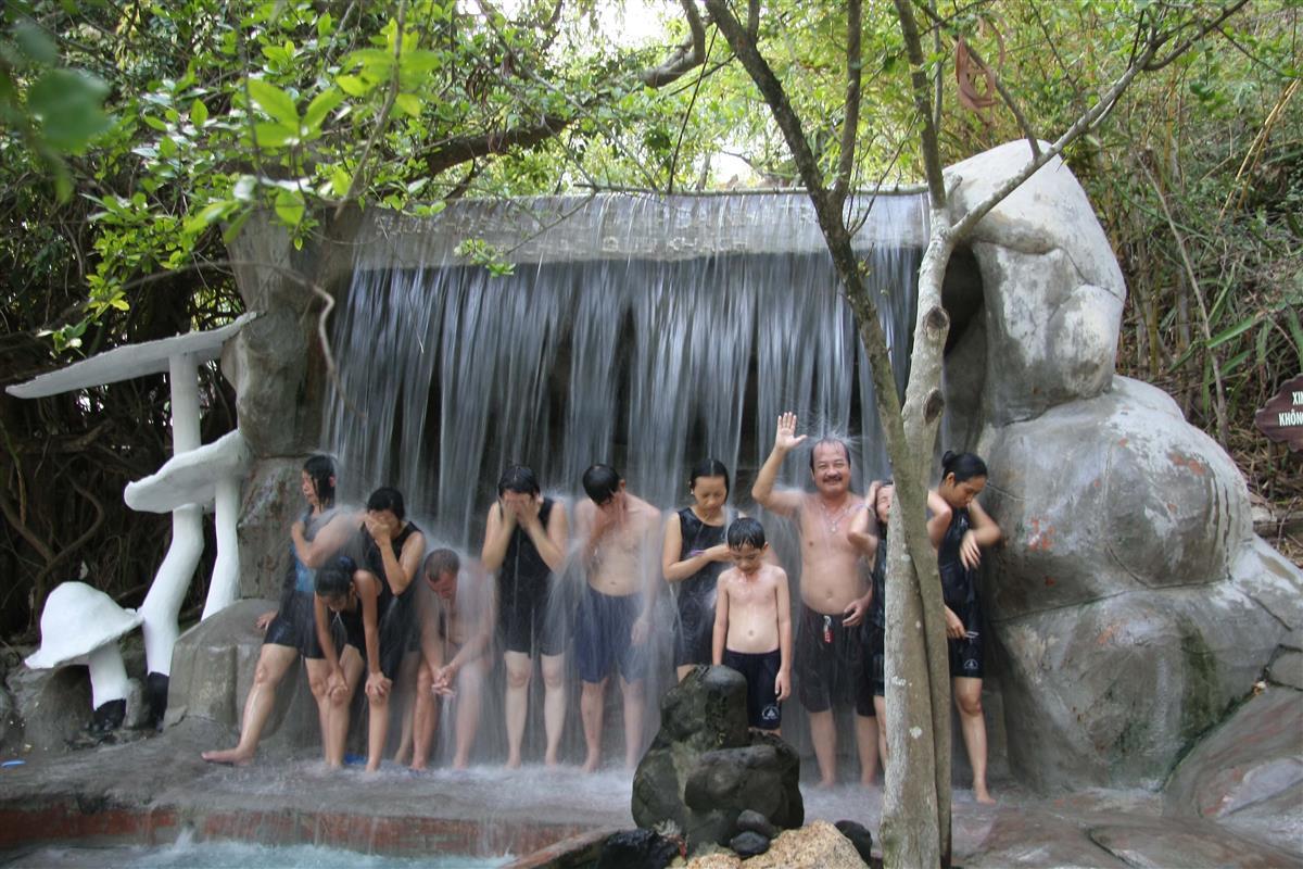 Thác nước khoáng nóng chảy từ trên cao xuống giúp massage cơ thể