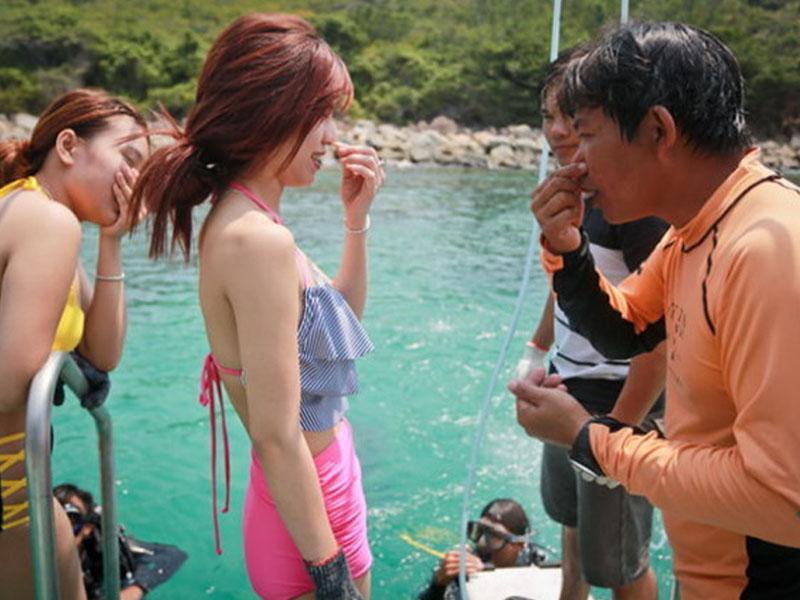 Thợ lặn bắt đầu hướng dẫn du khách