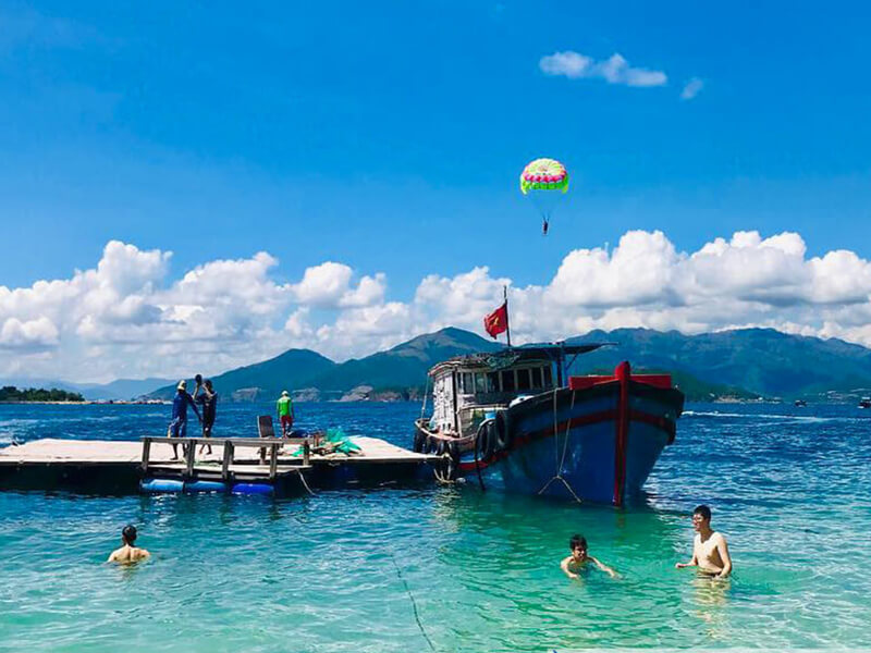 Di Chuyển Bằng Tàu Gỗ Đến Vịnh San Hô Nha Trang