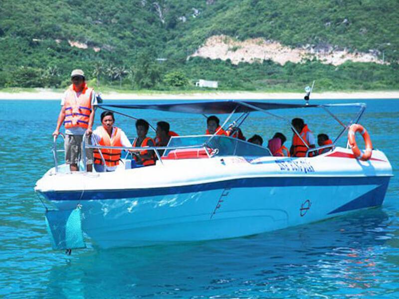 Di Chuyển Bằng Cano Đến Vịnh San Hô Nha Trang