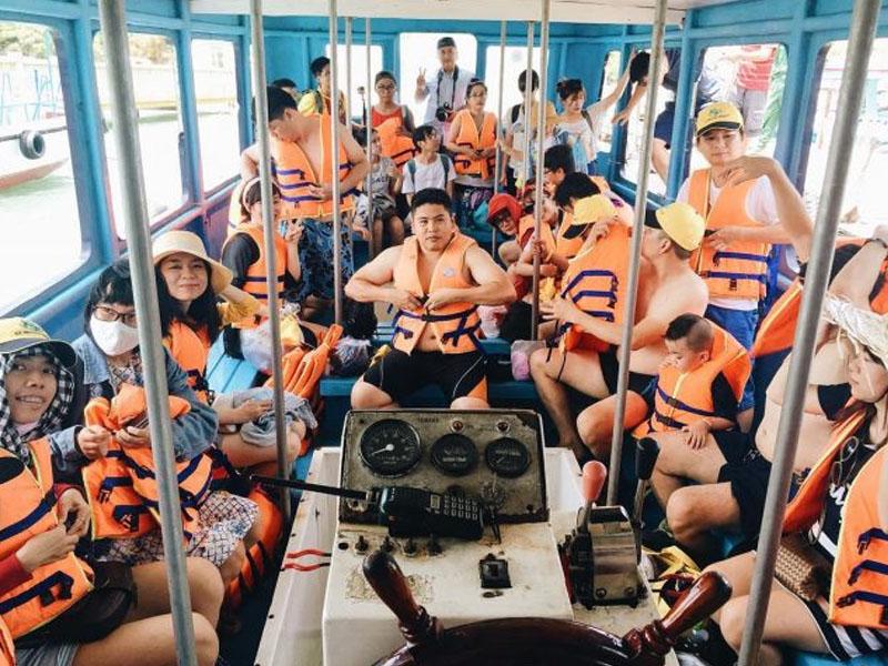 Thuê thuyền tham quan vịnh