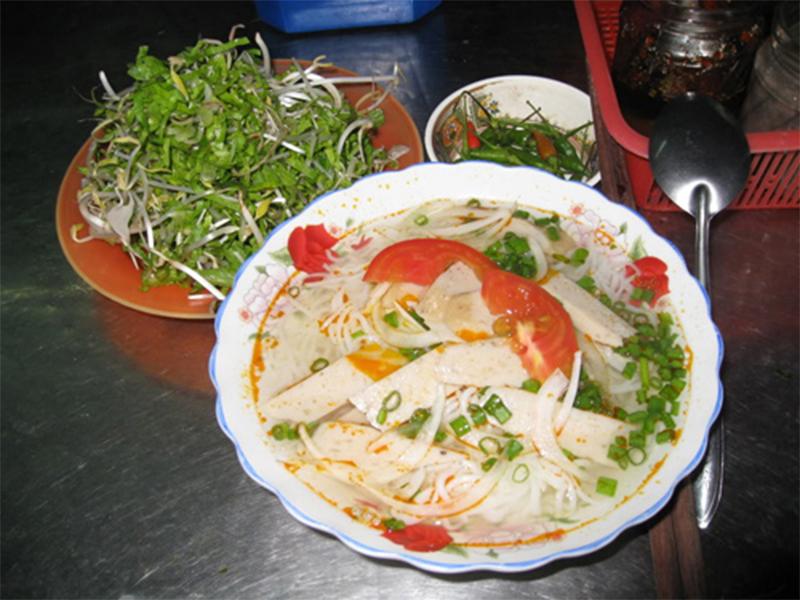 Thưởng thức món bún chả cá Nha Trang