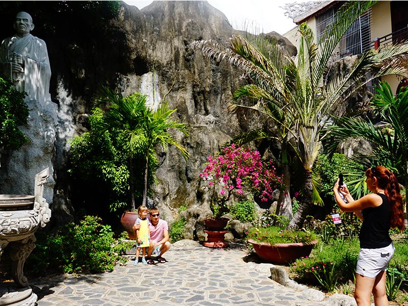 Du khách tham quan, lưu giữ những hình ảnh tại chùa