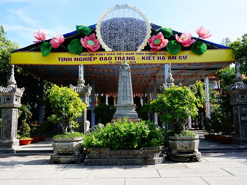 Bên trong Chùa Long Sơn