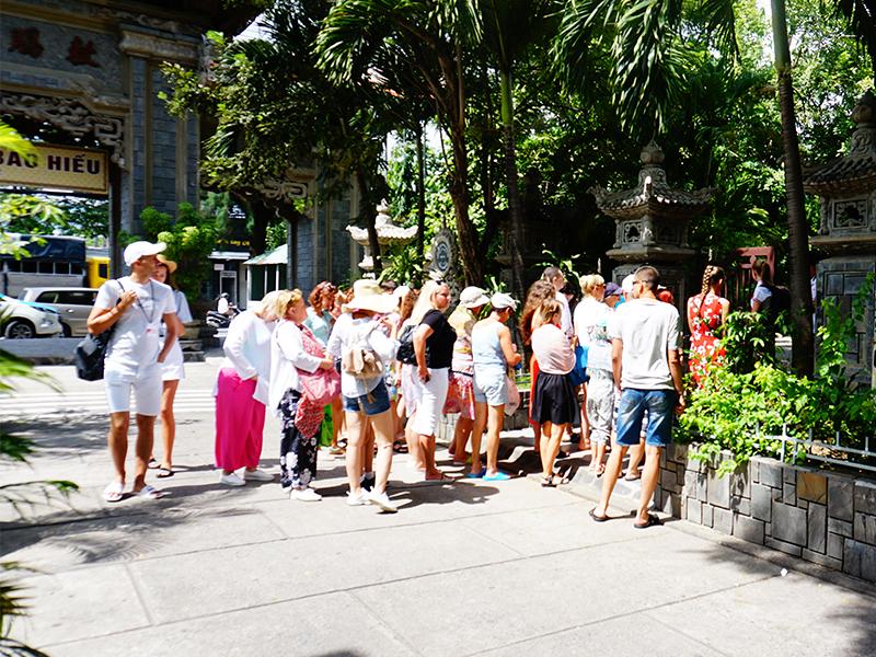 Du khách tham qua Chùa Long Sơn
