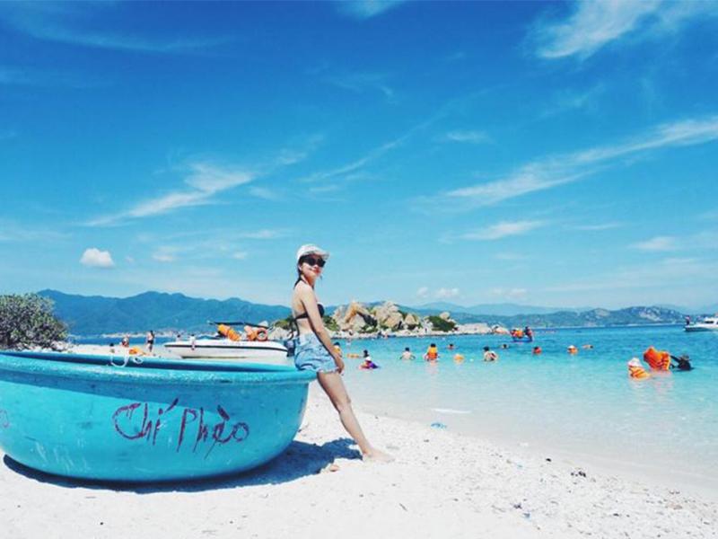 Tắm và ngắm bãi biển Bình Ba