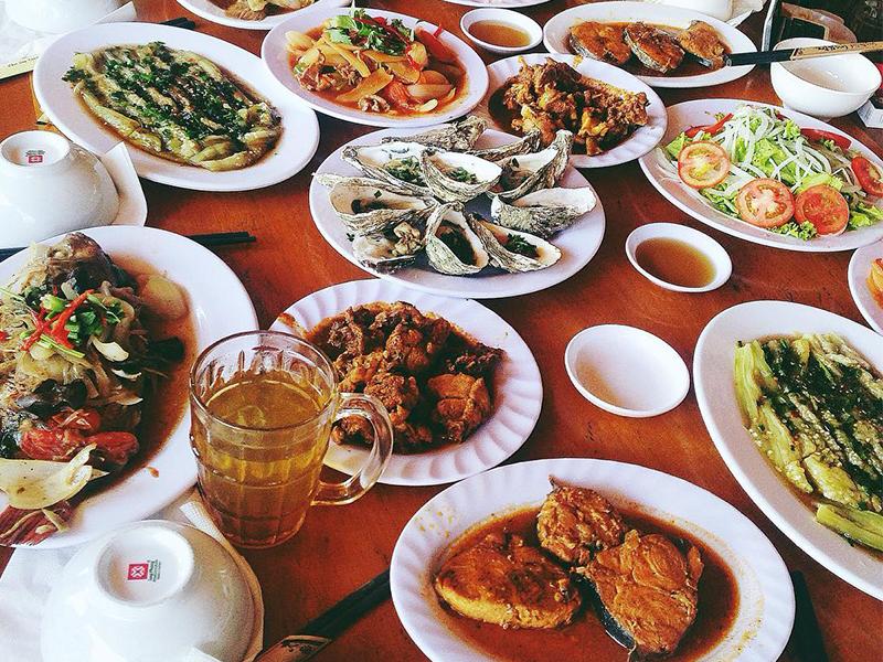 Ăn trưa tại nhà hàng