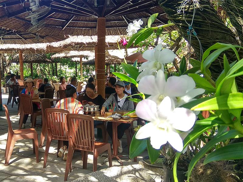 Cafe ngắm biển tại Hòn Chồng