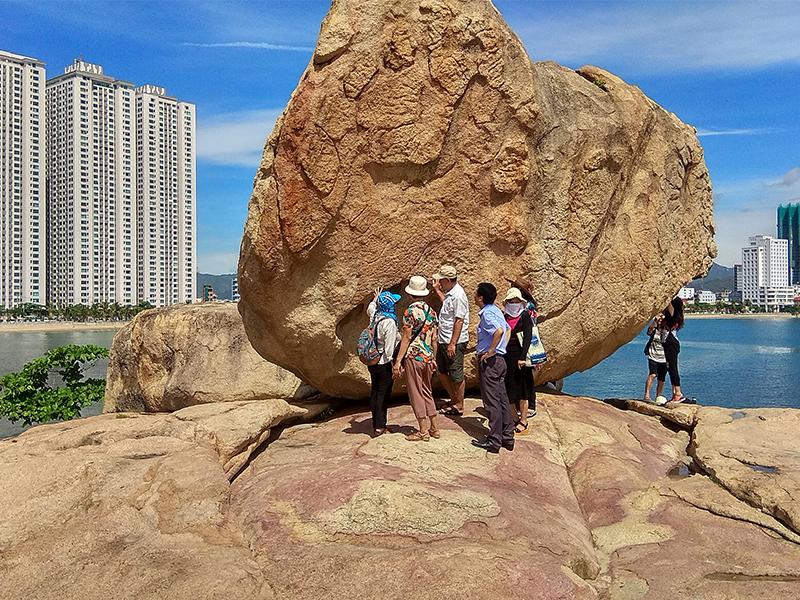 Du khách tham quan bãi đá Hòn Chồng