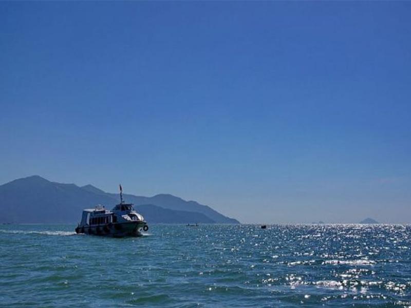 Di chuyển bằng thuyền ra đảo Hòn Sầm
