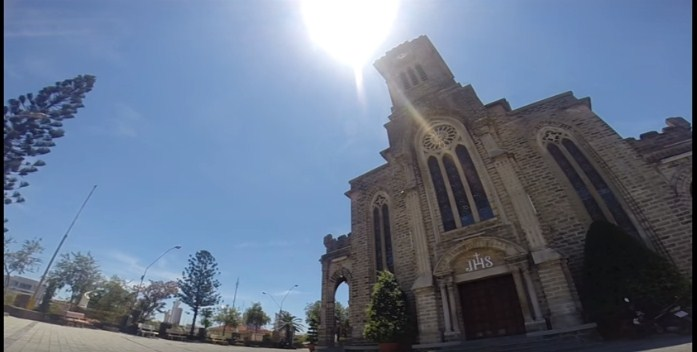 Nhà thờ chói chang dưới ánh nắng
