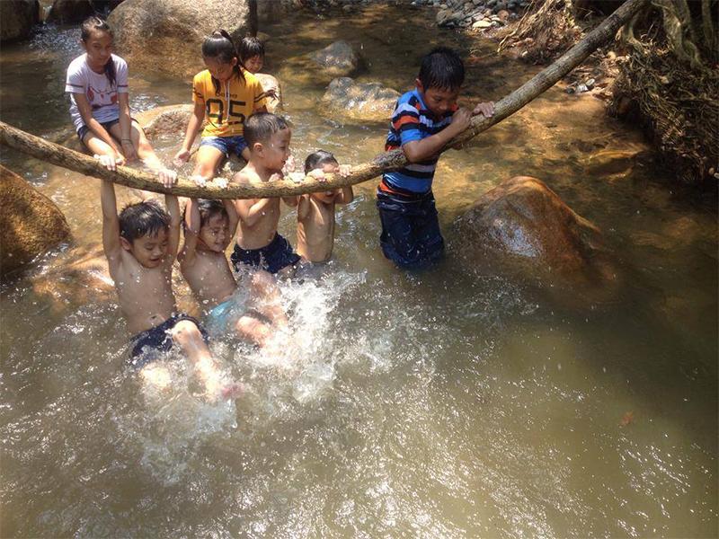 Tắm suối tại Khánh Vĩnh