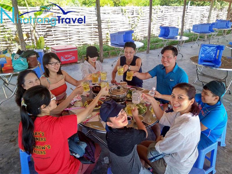 Du khách dùng cơm tại Đảo Điệp Sơn