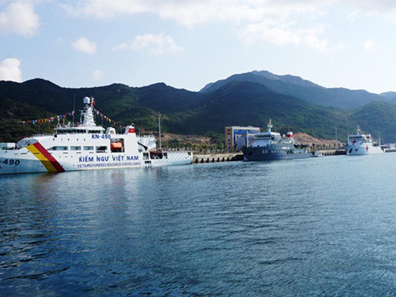 Tàu thuyền tại cảng Cam Ranh
