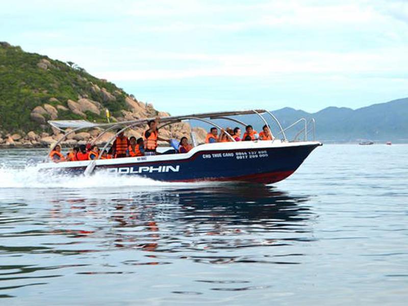 Di chuyển cano tới Vịnh Cam Ranh