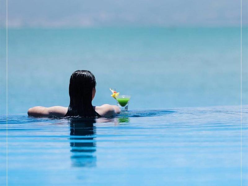 Thư giãn tại bể bơi