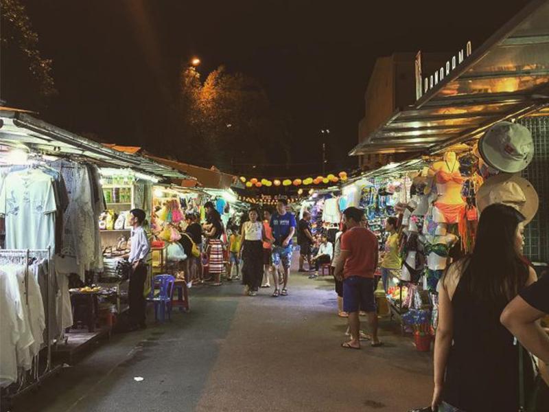 Du khách tham quan chợ đêm Nha Trang