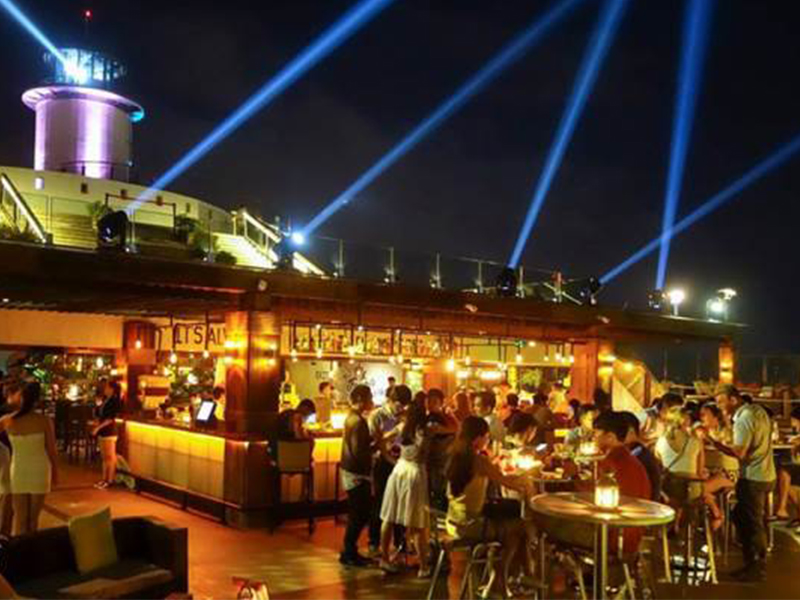 Du khách vui chơi tại Skylight Bar